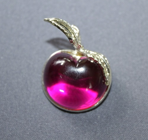 The famous brooch in the form of an apple. End of 1960