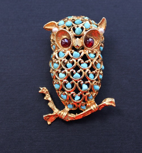 Owl brooch decorated with a gold mesh with natural turquoise stones. Owl eyes – two natural cabochon garnet. Ears decorated with natural pearls. Galina Karputina collection
