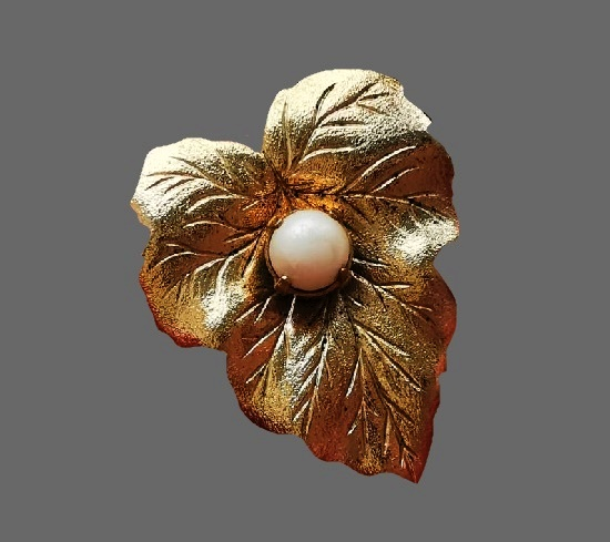 Leaf brooch pin. Gold tone textured metal, faux pearl. 3 cm. 1960s