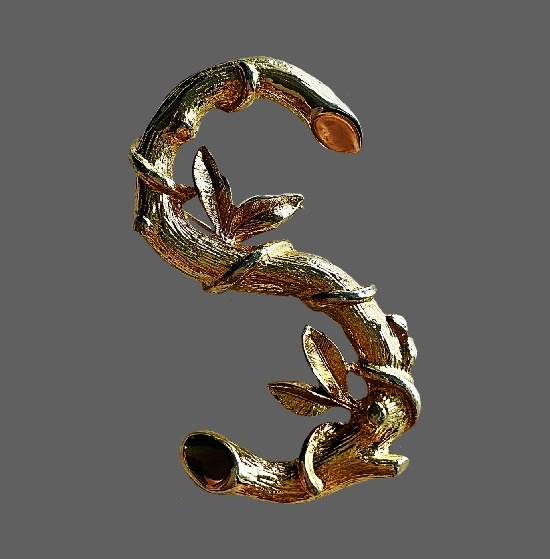Letter S in the form of a blossoming branch vintage brooch. Gold tone metal alloy. 3.2 cm. 1980s