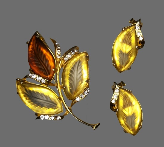 Autumn leaf brooch and clips. Gold tone metal, art glass, Swarovski crystals. Brooch 6.5 cm, clips 3.5 cm. 1950s