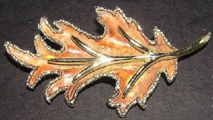 Oak leaf Vintage Brooch. Exquisite Vintage costume jewelry