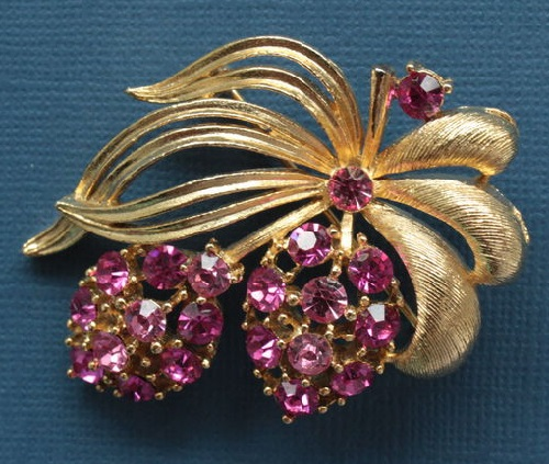 1960 Berry vintage brooch from Lisner