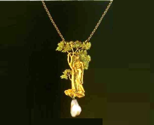 A pendant made of gold with enamel. Around 1900