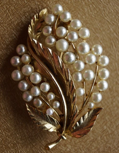 1950-60s faux pearls and gold tone metal brooch