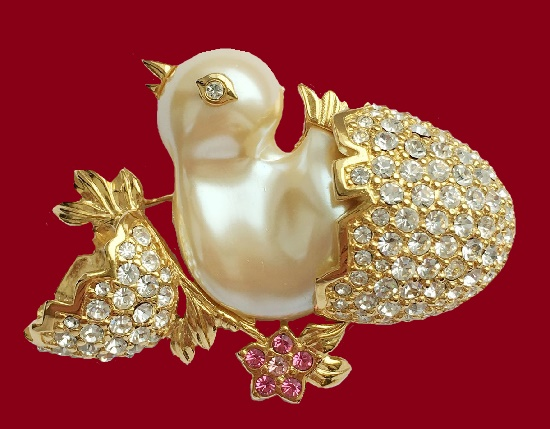 Chicken brooch. Gold tone metal, lucite, resin, Swarovski crystals, gilding. 6 cm. 1980s