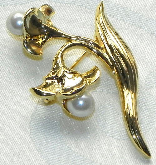 Golden brooch with artificial pearls