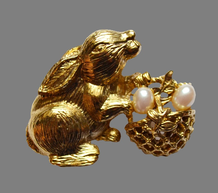 Easter bunny brooch. Jewelry alloy, faux pearls. 5 cm