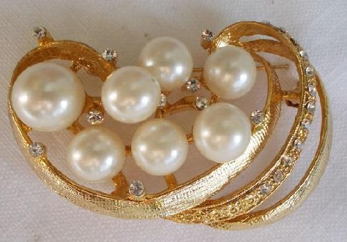Faux pearl brooch Zircon 1960