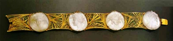 Gold bracelet with glass paste and enamel. 1900-1905. Intaglio from glass paste with Ceres images, transparent green enamel with gold fibers