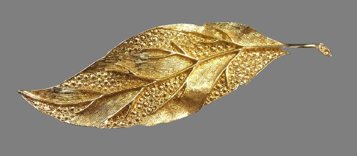 Leaf brooch, textured metal of gold tone. 8.8 cm