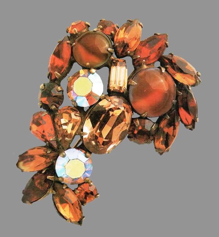 Ornate brooch. Ancient metal of gold tone, colored rock crystal, topaz color. Aurora borealis 1950's. 6.25 cm. £ 85 ABIJ