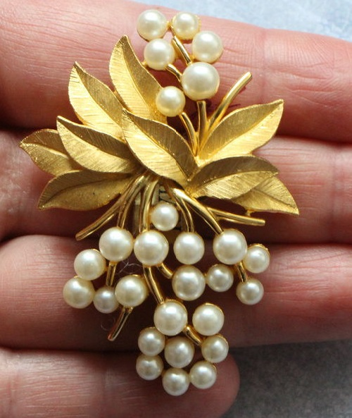 Artificial pearl vintage brooch 1955-60s