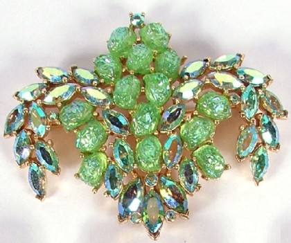 Rhinestone green color brooch