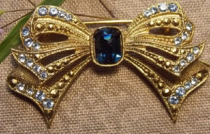 Classic design, bow brooch