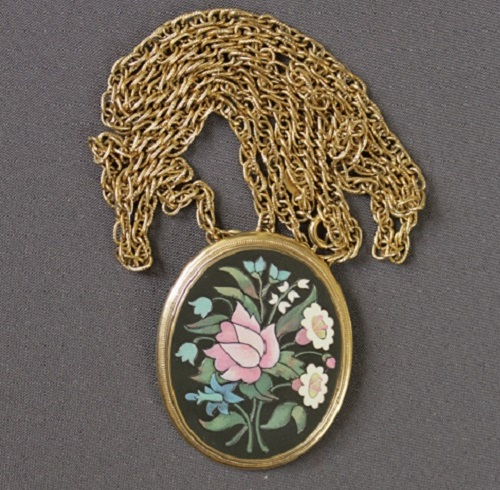 Necklace with enamel. Large suspension made during the 1980-1985 period. The product is labeled