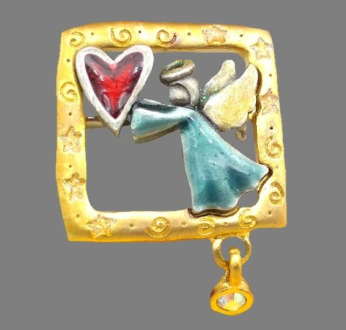 Angel with heart vintage brooch. Gold tone metal, pewter, enamel, Aurora Borealis crystals. 4,4 cm. 1980s