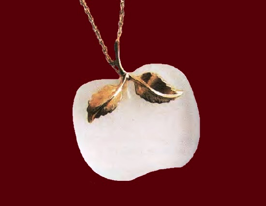 Apple necklace with pendant. Metal of golden hue, translucent plastic. 1970s. Necklace 68.5 cm, Pendant 3.75 cm. £ 15-20 MILB