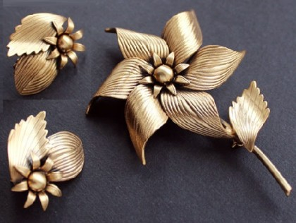 Golden Flower. Collectible vintage brooch and clips by Tortolani, 1950s