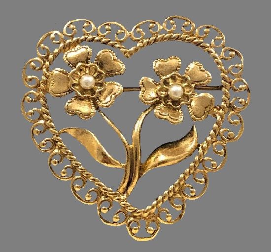 Heart with flowers 1990s brooch. Gold tone metal, filigree work