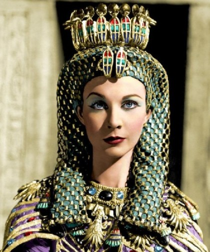 In this case, the source of inspiration was the headdress of other queen - Meritamon