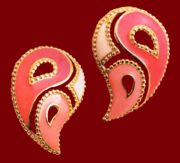 Paisley earrings. Gold tone metal, pink enamel. 1980's. 3.75 cm. £ 10-15 MILB