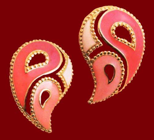 Paisley earrings. Gold tone metal, pink enamel. 1980's. 3.75 cm. £ 10-15 MILB