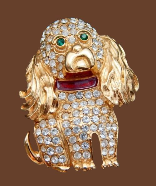 Spaniel brooch. Vintage gold brooch. Covered with texture. Decorated with rhinestones. 4 cm