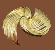 Two wings vintage brooch by Tortolani. Jewelry alloy of gold tone. 6.5 cm