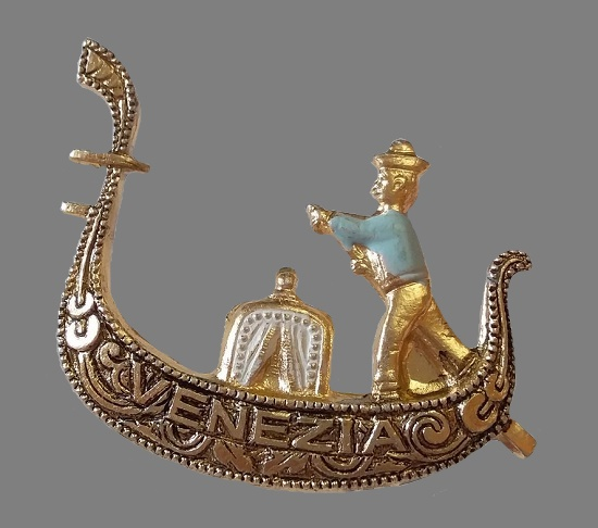 Venetian gondolier brooch. Jewelry alloy, gold plated, enamel. 3,3 cm