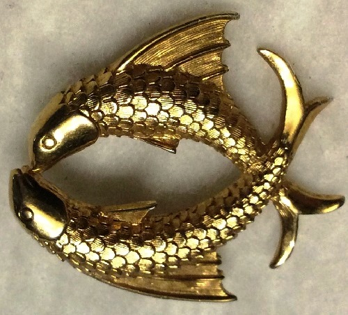 Fish couple circle brooch pin. Gold tone textured metal