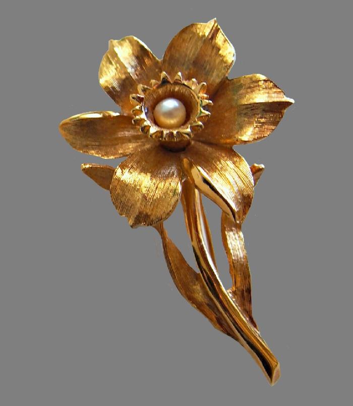 Daffodil vintage brooch, brushed metal of gold color. 6 cm