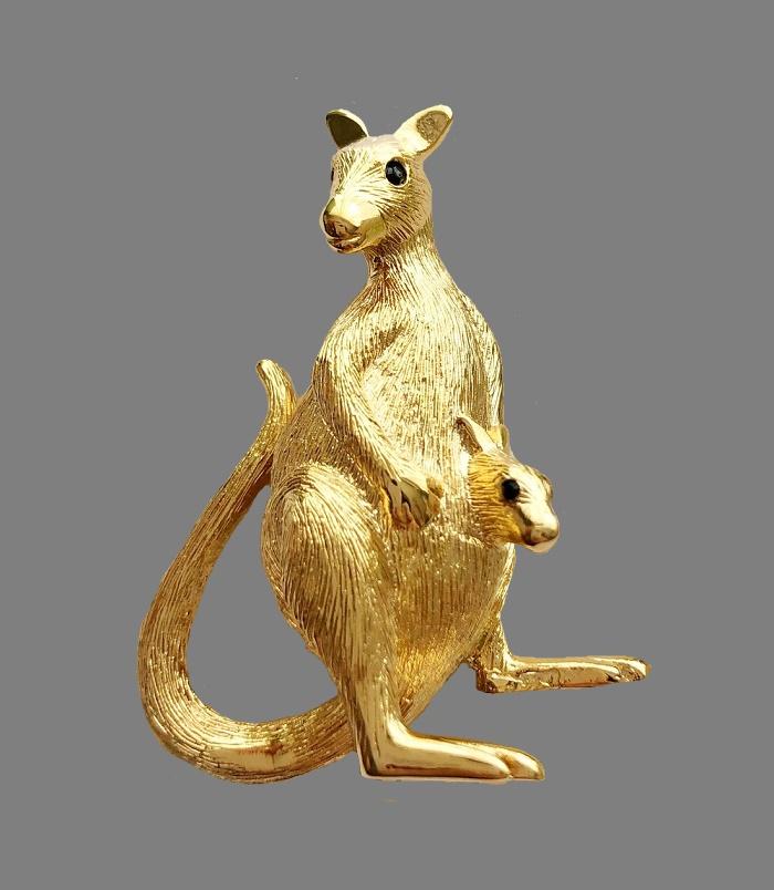 Kangaroo gold tone brooch. 5 cm