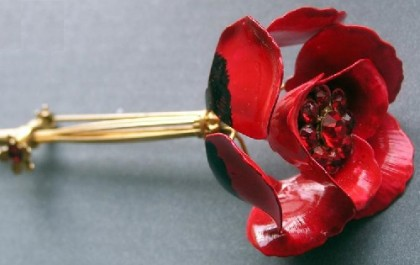 The design with a small slider, allowing brooch blossom as the living flowers