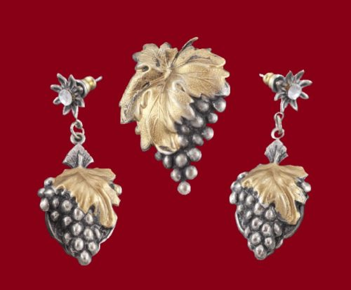 A bunch of grapes brooch and earrings. Banana Bob. Vintage 1980's. Brass, crystals, enamel. brooch 4x3 cm, earrings 6x2 cm