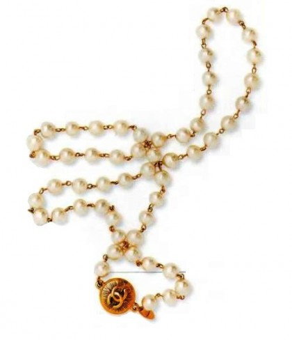 A necklace of cultured pearls, metal, gilding (engraved CC - Coco Chanel logo). 1980