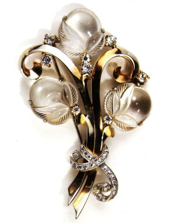 Acorns. 1941. Gold plated metal brooch, lucite and rhinestones. 9 cm