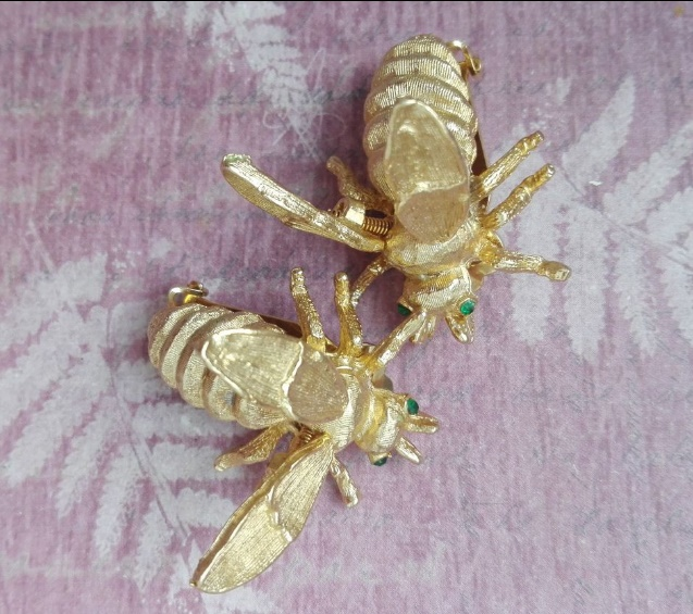 Clips in the form of bees, from a jewelery alloy with a gold coating. Wings on springs, eyes decorated with green crystals