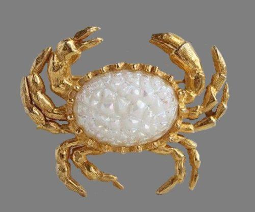 Crab brooch. Gold tone jewelry alloyt, art glass. 4 cm. 1970s