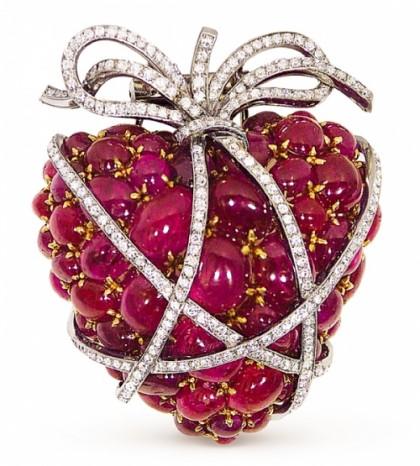 Berry brooch – rubies, diamonds