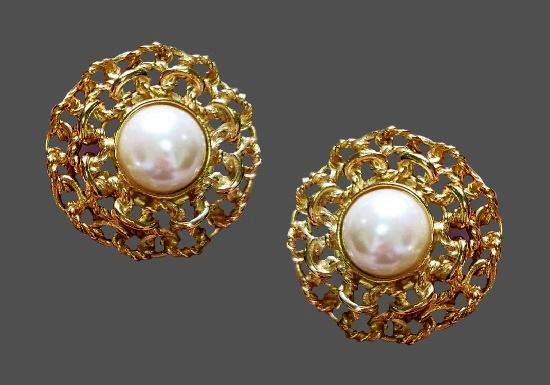 Filigree design gold tone faux pearl clips. 4 cm. 1980s