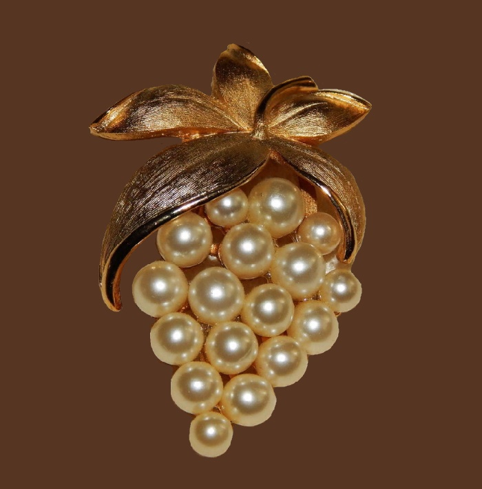 Grape brooch. Jewellery alloy, faux pearl. 1950s