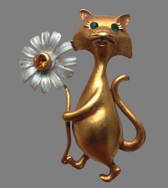 Kitten with a daisy brooch pin. Matte gold tone, Swarovski crystals, enamel. 4 cm. 1990s