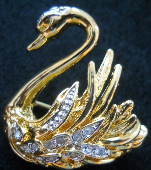 Swan brooch. Golden Costume jewellery alloy encrusted with transparent crystals
