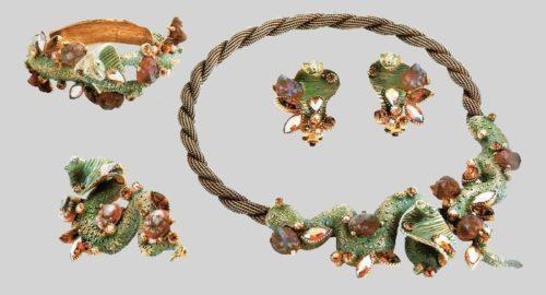 Rare set - necklace, brooch, bracelet and earrings. Gold tone metal, green enamel, aurora borealis. 1950's. N. 38 cm, B. 7 cm, Bracelet 18 cm, Earrings 3 cm £ 2.000-2.500 SUM