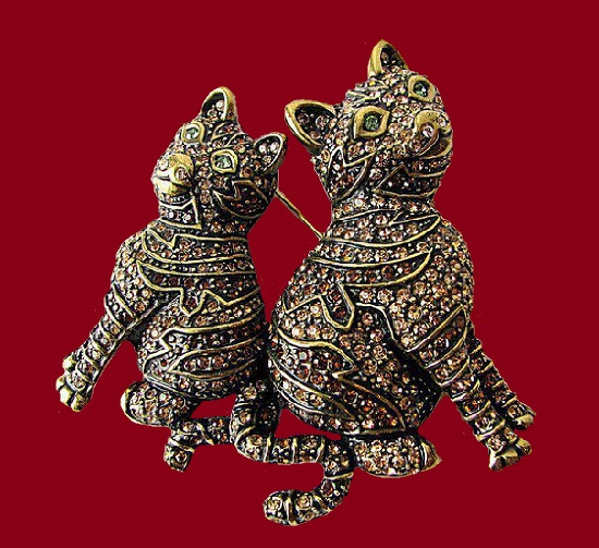 Romantic cats vintage brooch. Textured gold tone metal, rhinestones. 7,5 cm. 1980s