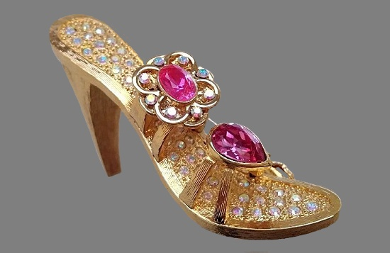 Shoe brooch. Gold tone metal, Swarovski crystals. 4,5 cm. 1980s