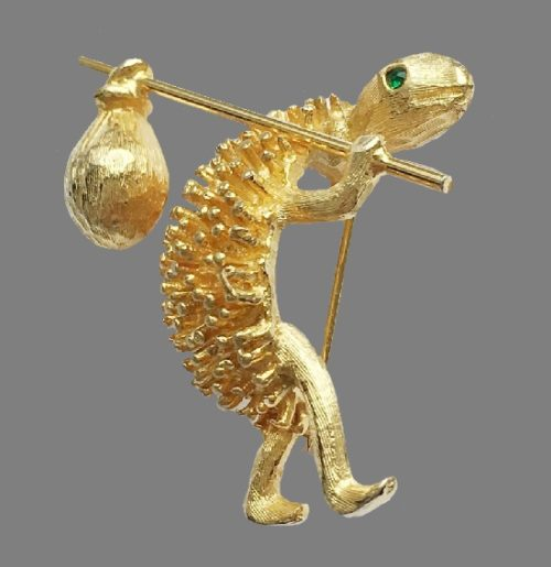 Traveler cute vintage brooch. Gold tone jewelry alloy. 4 cm