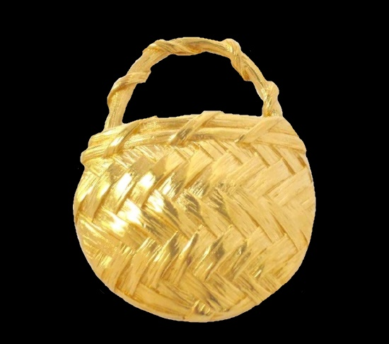 Wicker basket vintage brooch. Gold-tone textured metal, 6.5 cm. 1980s