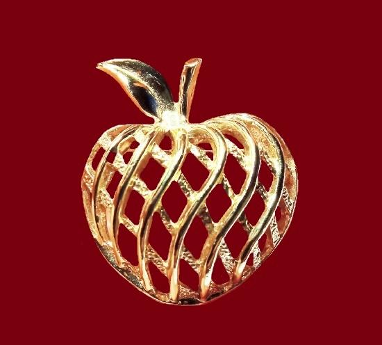 Apple open work vintage brooch. Gold tone metal. 3.5 cm. 1970s